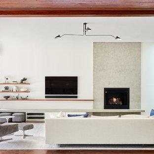 シャーロットの大きいコンテンポラリースタイルのおしゃれな独立型ファミリールーム (白い壁、濃色無垢フローリング、標準型暖炉、壁掛け型テレビ、コンクリートの暖炉まわり、茶色い床) の写真