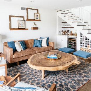 Esempio di un soggiorno eclettico con angolo bar, pareti bianche, parquet scuro e pavimento marrone