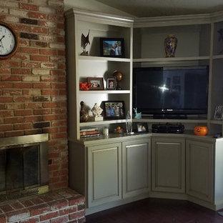 На фото: гостиная комната в стиле кантри с угловым ТВ с