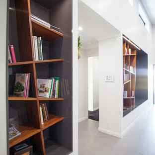 Idee per un grande soggiorno minimalista aperto con sala giochi, pareti grigie, pavimento con piastrelle in ceramica, parete attrezzata e pavimento grigio