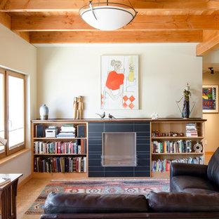 Foto di un soggiorno american style con pareti beige, pavimento in sughero, camino classico e cornice del camino piastrellata