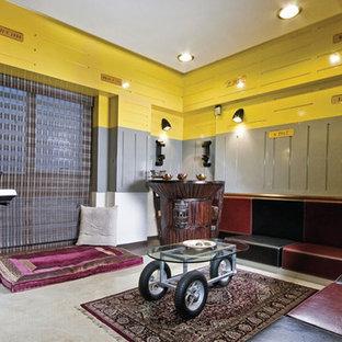 他の地域の大きいラスティックスタイルのおしゃれな独立型ファミリールーム (ミュージックルーム、マルチカラーの壁、大理石の床、暖炉なし、テレビなし) の写真