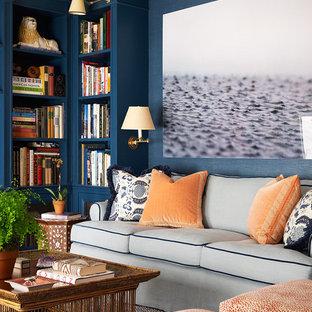ニューヨークの小さいトラディショナルスタイルのおしゃれなファミリールーム (ライブラリー、青い壁、無垢フローリング) の写真