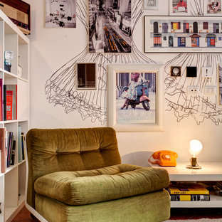 Ispirazione per un soggiorno boho chic con pareti bianche e pavimento in terracotta