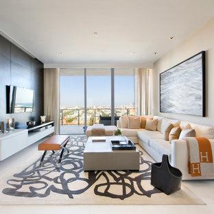 Imagen de sala de estar abierta, contemporánea, con paredes beige y televisor colgado en la pared