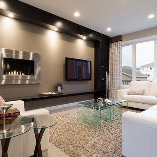Ejemplo de sala de estar abierta, contemporánea, pequeña, con paredes grises, suelo vinílico, chimenea lineal, marco de chimenea de metal y televisor colgado en la pared