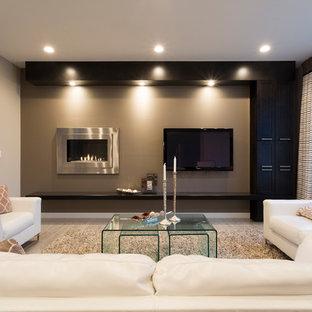 Idee per un piccolo soggiorno minimal aperto con pareti grigie, pavimento in vinile, camino lineare Ribbon, cornice del camino in metallo e TV a parete