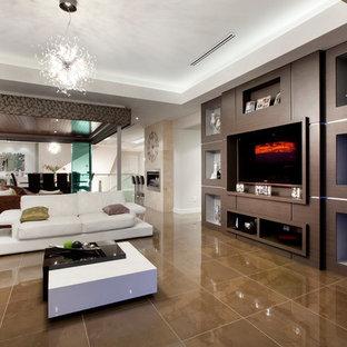 Réalisation d'une salle de séjour design ouverte avec un mur beige, un téléviseur encastré et un sol marron.