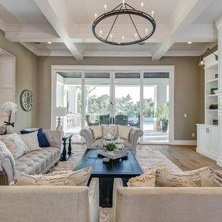 フェニックスの中サイズのトラディショナルスタイルのおしゃれな独立型ファミリールーム (マルチカラーの壁、淡色無垢フローリング、暖炉なし、壁掛け型テレビ、茶色い床) の写真
