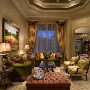 Imagen de sala de estar abierta, tradicional, sin chimenea y televisor, con paredes beige y suelo de mármol