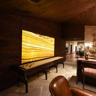 Esempio di un grande soggiorno rustico aperto con angolo bar, pareti marroni, pavimento in travertino e nessuna TV