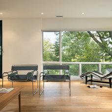 Modern Family Room by REVE Design Studio, Inc.