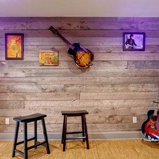 Foto di un grande soggiorno stile rurale chiuso con sala della musica, pareti multicolore, pavimento in sughero, nessun camino e nessuna TV