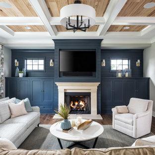 Maritimes Wohnzimmer mit grauer Wandfarbe, Multimediawand, Kamin, dunklem Holzboden, Kassettendecke, Holzdecke und Holzdielenwänden in Minneapolis