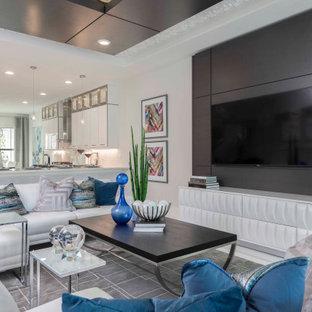 Offenes Modernes Wohnzimmer mit weißer Wandfarbe, Wand-TV, weißem Boden, Holzdecke und Holzwänden in Miami