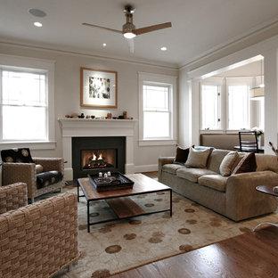 アトランタのトラディショナルスタイルのおしゃれなファミリールーム (ベージュの壁、無垢フローリング、標準型暖炉、ベージュの床) の写真