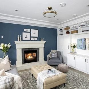 エドモントンの中くらいのトラディショナルスタイルのおしゃれな独立型ファミリールーム (青い壁、淡色無垢フローリング、標準型暖炉、ベージュの床) の写真
