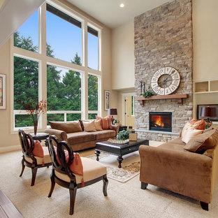 Ispirazione per un soggiorno american style aperto con pareti beige, moquette, camino classico e cornice del camino in pietra