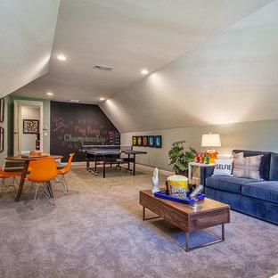 Ispirazione per un grande soggiorno classico chiuso con sala giochi, pareti blu, moquette, TV autoportante, nessun camino e pavimento marrone