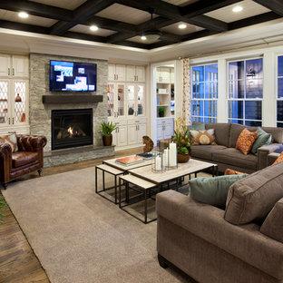Mittelgroßes Klassisches Wohnzimmer mit Kamin, Wand-TV, weißer Wandfarbe, hellem Holzboden und Kaminumrandung aus Stein in Raleigh
