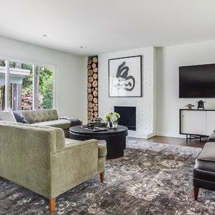 Cette photo montre une salle de séjour asiatique de taille moyenne avec un mur blanc, un sol en bois brun, une cheminée standard, un manteau de cheminée en brique, un téléviseur fixé au mur et un sol marron.