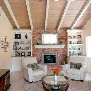 サンディエゴの中サイズのコンテンポラリースタイルのおしゃれなファミリールーム (ライブラリー、ベージュの壁、トラバーチンの床、標準型暖炉、レンガの暖炉まわり、テレビなし) の写真