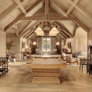 Modelo de sala de juegos en casa abierta, campestre, con suelo de madera clara