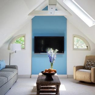 Стильный дизайн: гостиная комната среднего размера в стиле фьюжн с телевизором на стене, разноцветными стенами, ковровым покрытием и бежевым полом - последний тренд