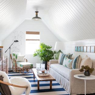 Foto di un soggiorno stile marinaro di medie dimensioni con pareti bianche e parquet scuro