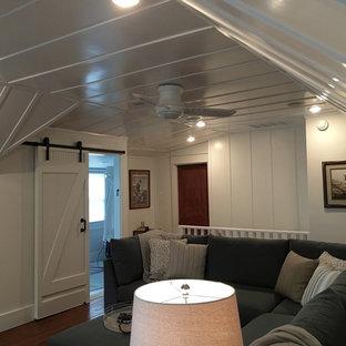 Aménagement d'une salle de séjour craftsman de taille moyenne et fermée avec un mur blanc, un sol en bois brun, une cheminée standard, un manteau de cheminée en bois et un téléviseur fixé au mur.