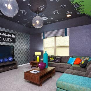 Foto di un grande soggiorno chic chiuso con sala giochi, pareti grigie, moquette, nessun camino e TV a parete