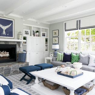 Maritimes Wohnzimmer mit grauer Wandfarbe, Kamin und Teppichboden in San Diego