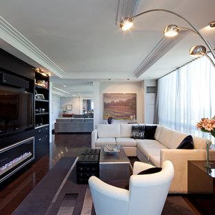 Offenes Modernes Wohnzimmer mit weißer Wandfarbe, dunklem Holzboden und Multimediawand in Toronto