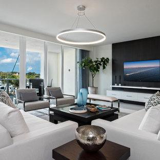 Diseño de sala de estar actual, sin chimenea, con paredes multicolor y televisor colgado en la pared