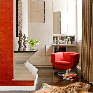 Ejemplo de sala de estar contemporánea con paredes beige y suelo de madera oscura