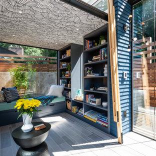 Diseño de sala de estar contemporánea, pequeña, con suelo de baldosas de cerámica y suelo gris