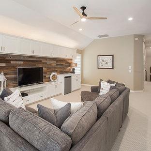 Foto di un soggiorno classico di medie dimensioni e aperto con sala giochi, pareti beige, moquette, nessun camino, TV autoportante e pavimento beige