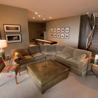 Aménagement d'une salle de séjour montagne de taille moyenne et ouverte avec salle de jeu, un mur beige, moquette, aucune cheminée et un sol beige.