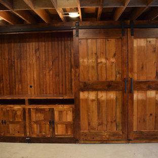 Foto de sala de estar cerrada, urbana, grande, con televisor retractable, paredes beige, suelo de madera oscura, chimenea de esquina, marco de chimenea de piedra y suelo marrón