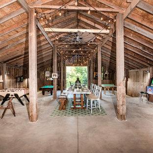 Ejemplo de sala de juegos en casa de estilo de casa de campo, grande, con paredes marrones, suelo de cemento y suelo gris