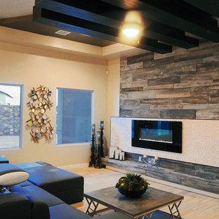 ヒューストンの大きいエクレクティックスタイルのおしゃれなファミリールーム (ベージュの壁、横長型暖炉、石材の暖炉まわり、淡色無垢フローリング) の写真