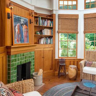 Modelo de sala de estar cerrada, de estilo de casa de campo, de tamaño medio, con paredes blancas, suelo de madera en tonos medios, chimenea tradicional, marco de chimenea de baldosas y/o azulejos y suelo marrón
