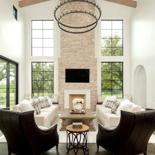 オースティンの大きいコンテンポラリースタイルのおしゃれなファミリールーム (白い壁、濃色無垢フローリング、標準型暖炉、壁掛け型テレビ、石材の暖炉まわり、茶色い床) の写真