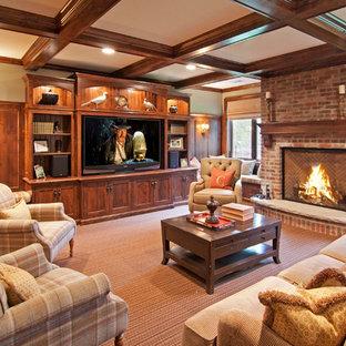 ミネアポリスのトラディショナルスタイルのおしゃれなファミリールーム (カーペット敷き、標準型暖炉、レンガの暖炉まわり、埋込式メディアウォール) の写真