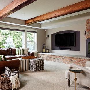 Aménagement d'une grande salle de séjour industrielle ouverte avec un mur gris, moquette, une cheminée d'angle, un manteau de cheminée en brique, un téléviseur fixé au mur et un sol beige.