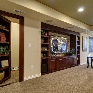 Idee per un grande soggiorno classico aperto con angolo bar, pareti beige, moquette, nessun camino, TV a parete e pavimento beige