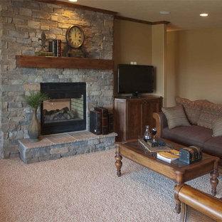 ウィチタの中サイズのコンテンポラリースタイルのおしゃれなファミリールーム (ベージュの壁、カーペット敷き、両方向型暖炉、石材の暖炉まわり、据え置き型テレビ、ベージュの床) の写真