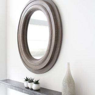 トロントの中くらいのコンテンポラリースタイルのおしゃれなオープンリビング (白い壁、濃色無垢フローリング、横長型暖炉、レンガの暖炉まわり、埋込式メディアウォール) の写真