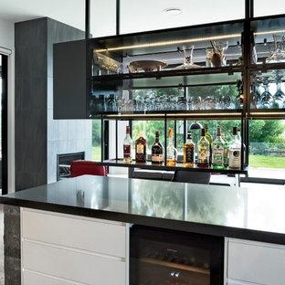 Idées déco pour une grand salle de séjour moderne ouverte avec un bar de salon, un mur blanc, sol en stratifié, une cheminée ribbon et un manteau de cheminée en carrelage.