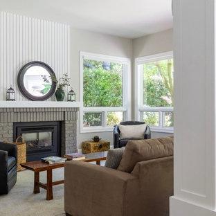 サンフランシスコの中サイズのコンテンポラリースタイルのおしゃれなファミリールーム (グレーの壁、カーペット敷き、標準型暖炉、レンガの暖炉まわり、埋込式メディアウォール、ベージュの床) の写真